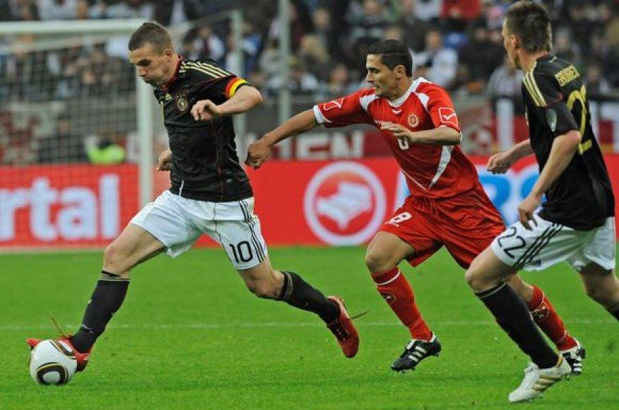 Kamuolį varo Lukas Podolskis