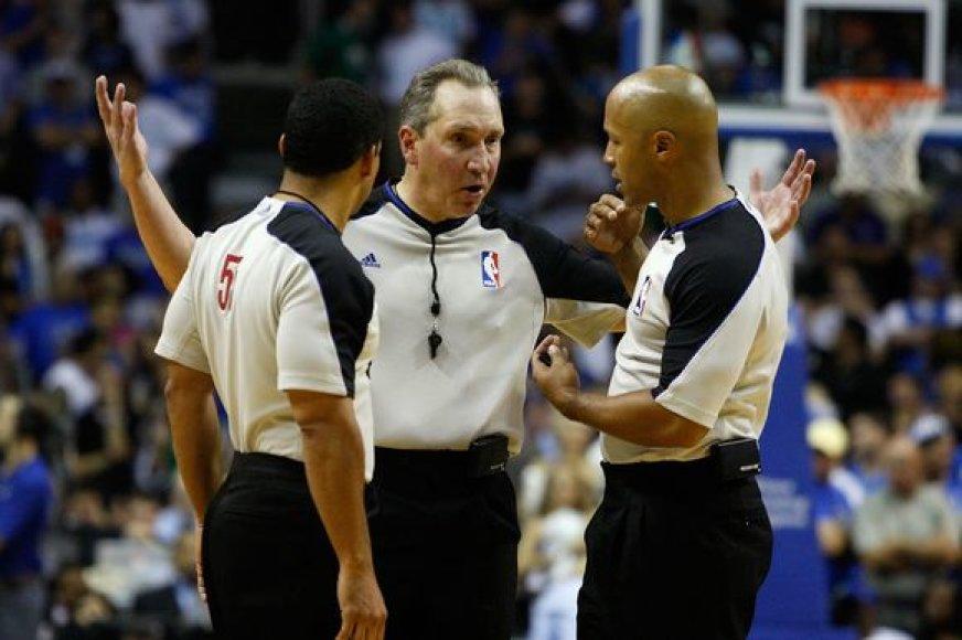 NBA arbirtas už kivirčą su sirgaliumi suspenduotas