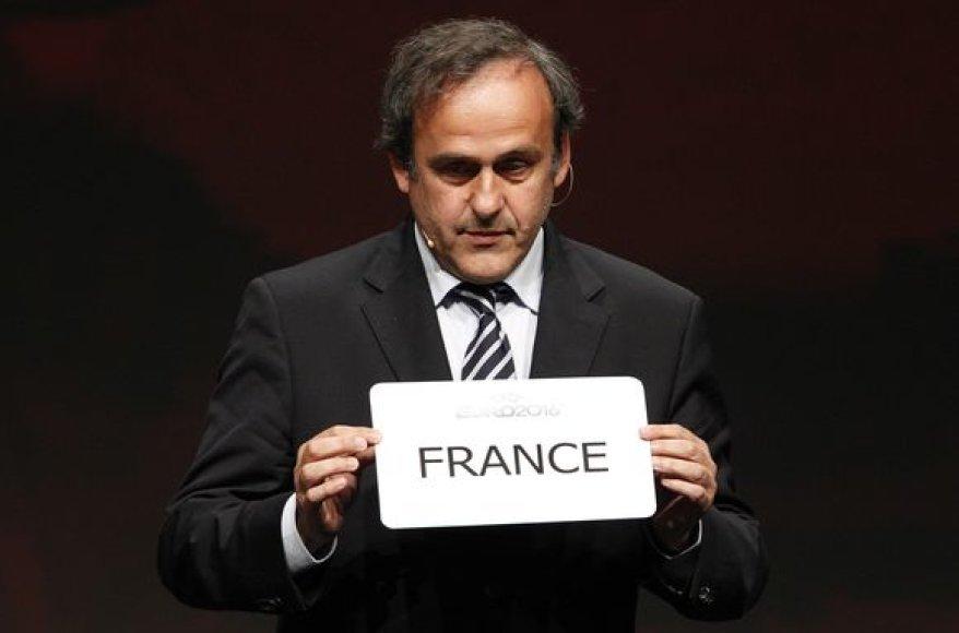 UEFA prezidentas Michelis Platini laiko lentelę su nugalėtojos užrašu