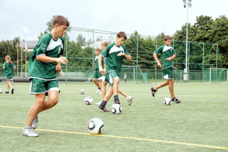 Lyderiai žaidžia futbolą