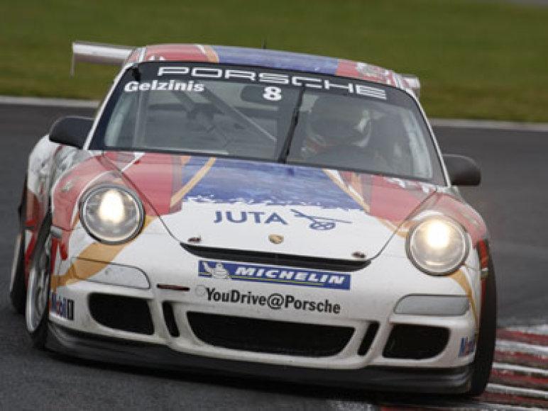 """Tarp 27 """"Porsche"""" bolidus vairuojančių vyrų ir Kauno automobilių sporto klubo """"Juta Racing"""" nariai - Jonas Gelžinis bei Tautvydas Barštys."""