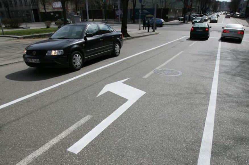 Atnaujintomis eismo juostomis kol kas gali džiaugtis tik miesto centrinėmis gatvėmis važiuojantys vairuotojai.