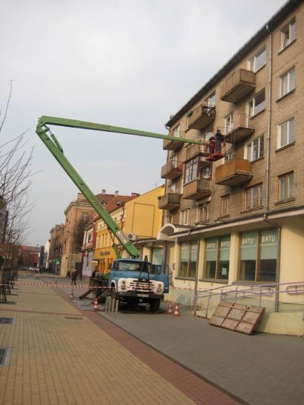 Daugiabučio balkonas nugarmėjo prieš savaitę, tačiau jį taisyti imta tik dabar.