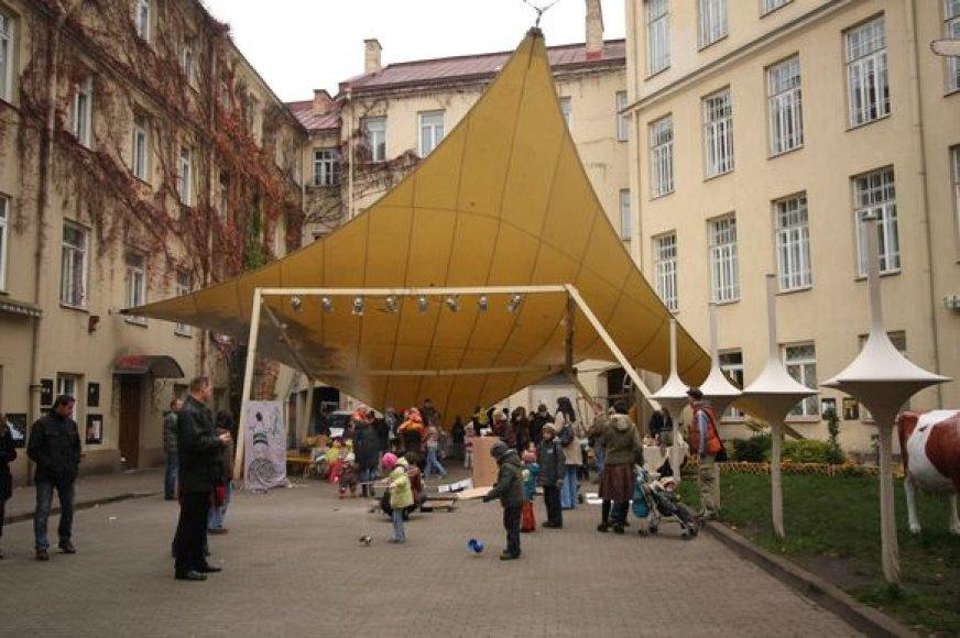 Vilniaus mokytojų namų kiemelis – dažna įvairių renginių vieta.