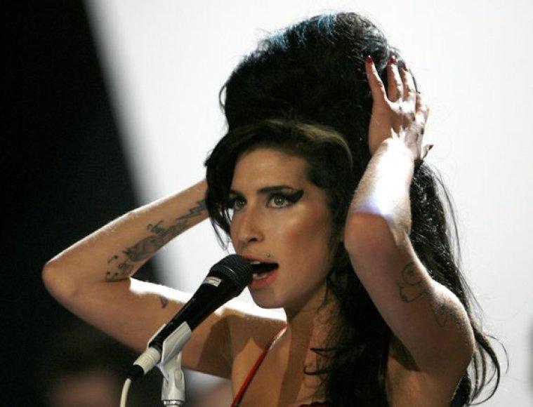 A.Winehouse nebenori tatuiruočių, primenančių buvusį vyrą.