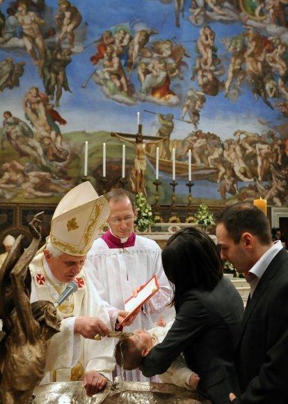 Popiežius krikštija vaikus.