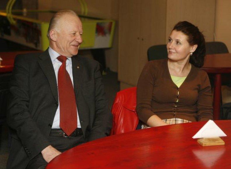 Daugiau nei 2 mln. Lt lėšų pasisavinimų įtariamos tarybos narės J.Žeimienės kratosi jos buvę partiečiai socialdemokratai, suskubę nuo politikės atsiriboti.