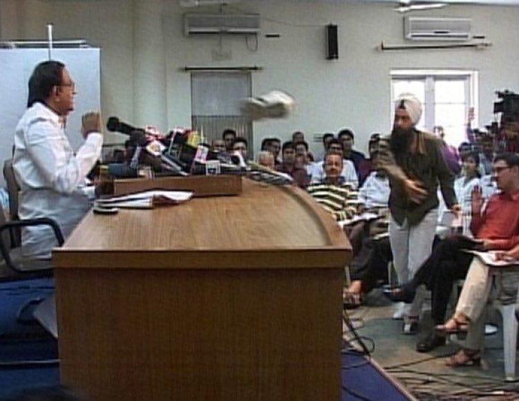 Žurnalistas sikhas antradienį per spaudos konferenciją sviedė į Indijos vidaus reikalų ministrą.