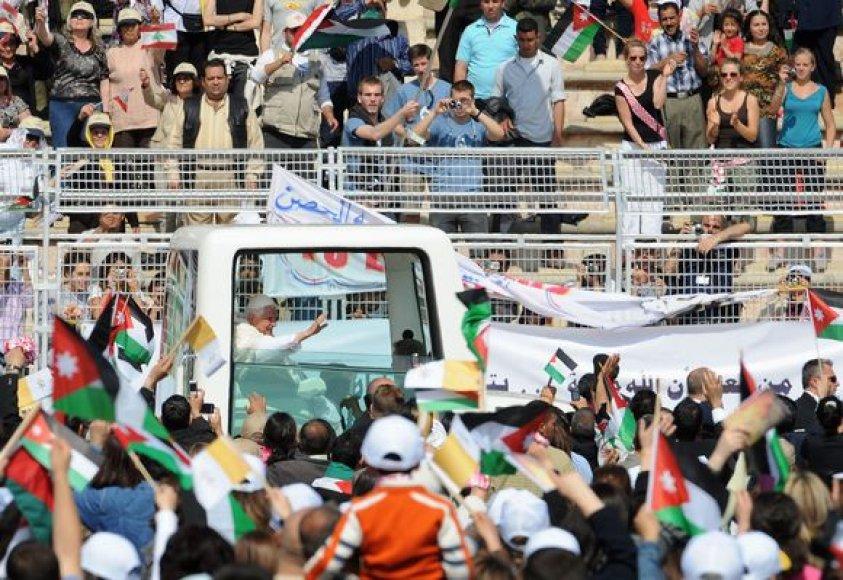 Dešimtys tūkstančių jordaniečių sekmadienį pasveikino popiežių Benediktą XVI, kuris paskutinę savo vizito šioje šalyje dieną atvyko aukoti mišių futbolo stadione Amane.