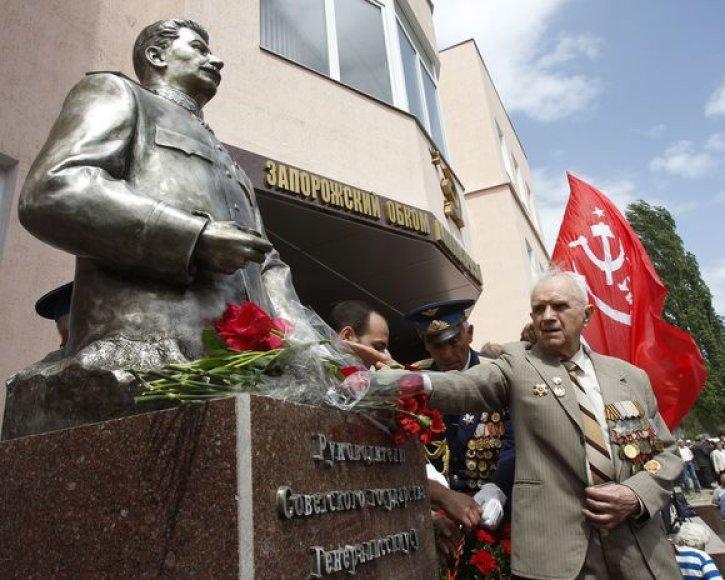 Atidengtas paminklas Stalinui