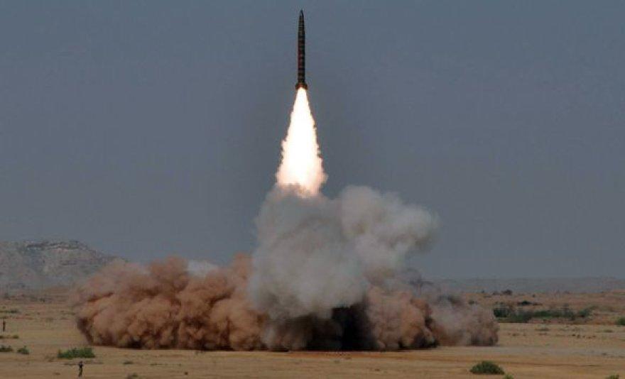 Pakistanas išbandė dvi branduolinius užtaisus galinčias nešti raketas.