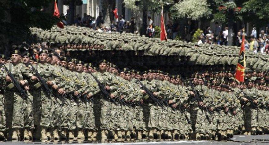 Į paradą Tbilisyje Gruzijos kariai išėjo apsirengę nauja uniforma.