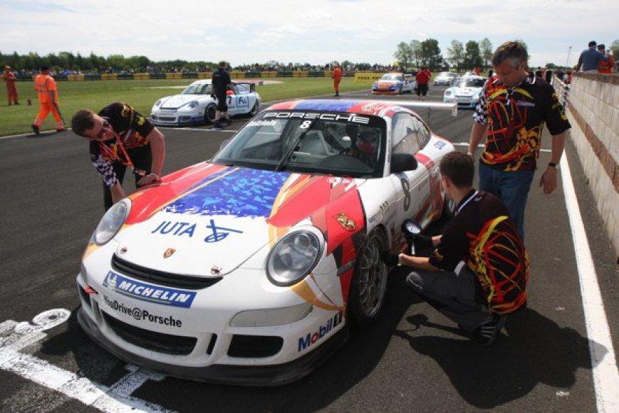 """Kaunietis lenktynininkas – vienas įpusėjusios Didžiosios Britanijos """"Porsche Carrera Cup"""" lyderių."""