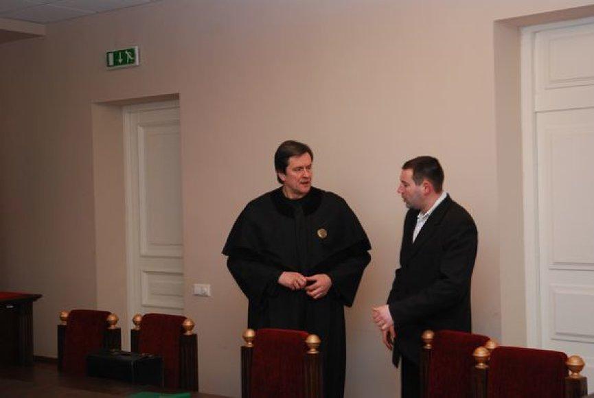 A.Smirnovas (kairėje) turi galingą gynėją – garsų advokatą Rimą Andrikį.