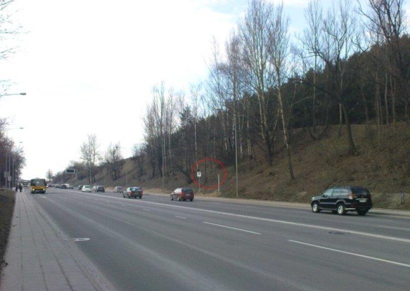 Naujasis radaras įrengtas sostinės Ukmergės gatvėje, maždaug Šeškinės kalno viduryje, kiek aukščiau tos vietos, kur jau seniai įrengtas miesto centro kryptimi judantį srautą kontroliuojantis fotorobotas.