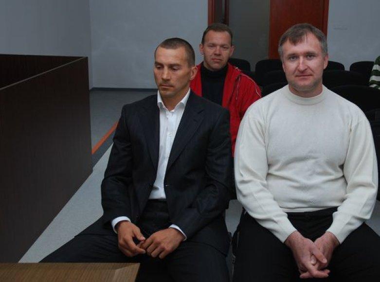 V.Golubovskis (kairėje) ir A.Masterbrockis viliasi palankaus teismo sprendimo, o jų šiandien į posėdį atsivesto naujo liudytojo (antrajame plane) niekam nebeapklausė.