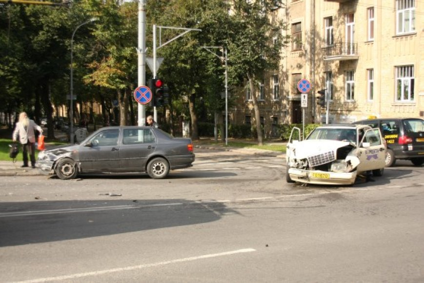 Asociatyvinė iliustracija: šioje sostinės V.Kudirkos ir M.K.Čiurlionio gatvių sankryžoje yra įvykusi ne viena avarija, į kurią pakliuvo taksi.