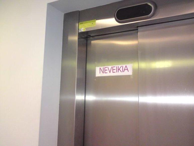 """Teisme """"prie Senukų"""" sunkmetis atsispindi ir liftų priežiūroje: vienas iš trijų jau senokai sugedęs."""