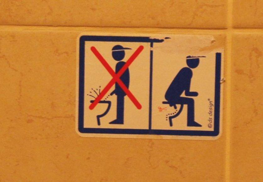 Šis instruktažas, regis, patinka ne visiems teismo tualeto lankytojams: lipduką jau bandyta nulupti