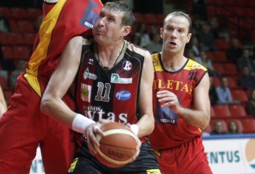 Darius Lukminas (dešinėje) krepšinio aikštėje iškovojo ne vieną pergalę, pastaruoju metu jo kovos persikėlė į teismus.