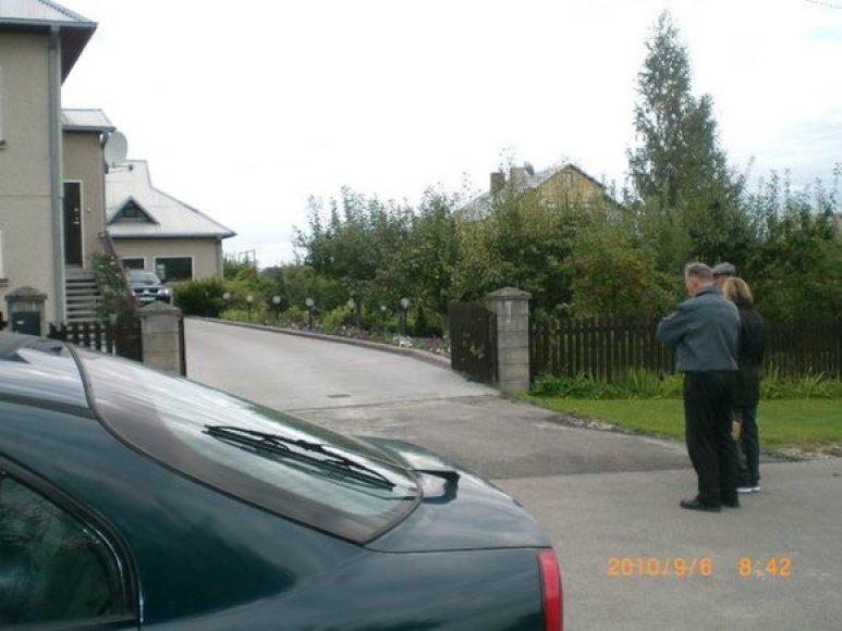 Klonio gatvėje pirmadienio rytą. Kieme matyti apsaugininkų visureigis.