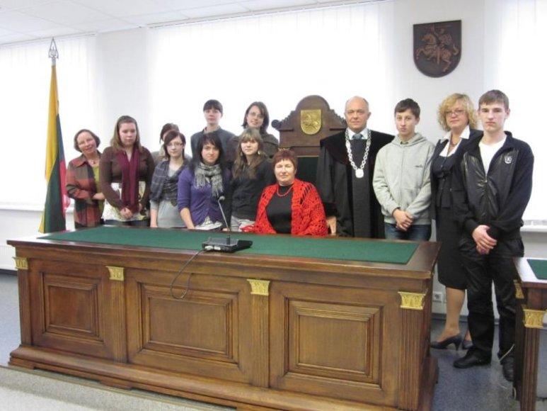 Vaikų ekskursijos teisme pabaiga: nuotrauka su teismo vadovu.