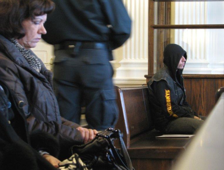 S.Nakutis ir šio kaltinamojo motina teisme
