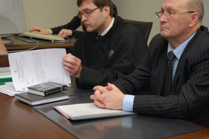 Kaltinamasis A.Urmonas (dešinėje) su advokatu teisme.