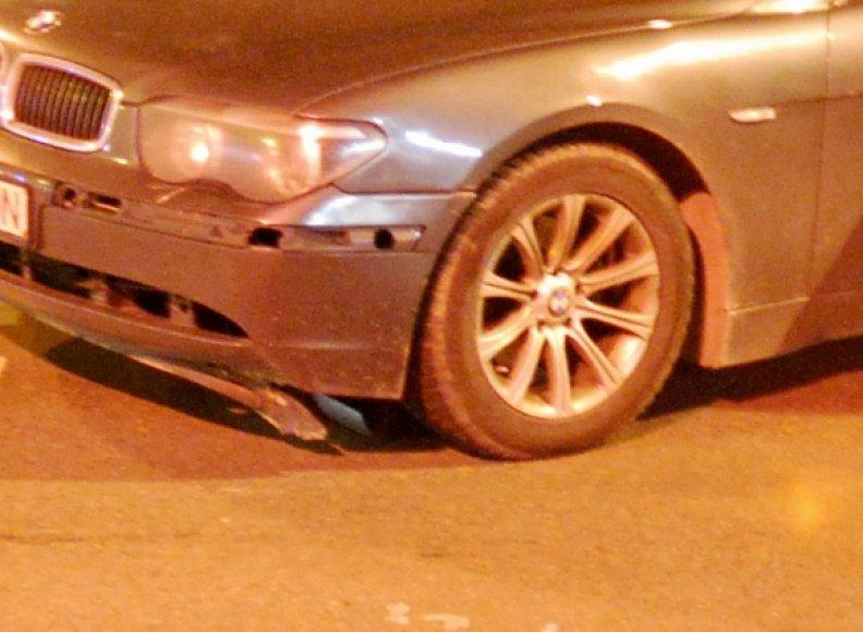 7-osios serijos BMW be pagalbinės automobilio statymo sistemos daviklių.