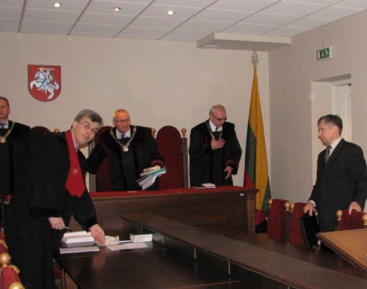 Teisėjų kolegija, prokuroras ir kaltinamasis R.Savickas (dešinėje) teisme.