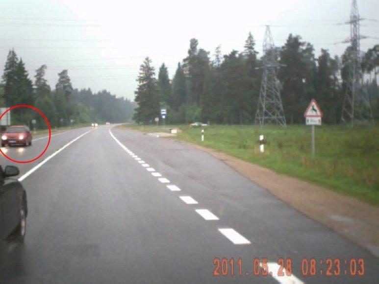 Pavojingas lenkimo manevras išgąsdino priešpriešais atvažiuojančios raudonos mašinos vairuotoją, spėjusį pasitraukti į kelkraštį.