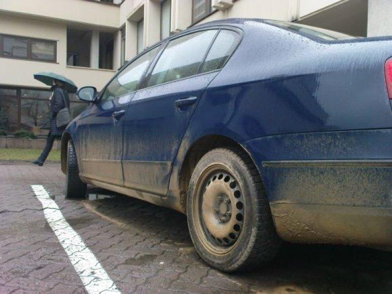 Prie Seimo stovėjusio automobilio nepagražino net lietus.