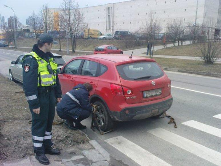 Pažeidimo faktą fiksavo ir nutempimo procesą stebėjo policininkas.