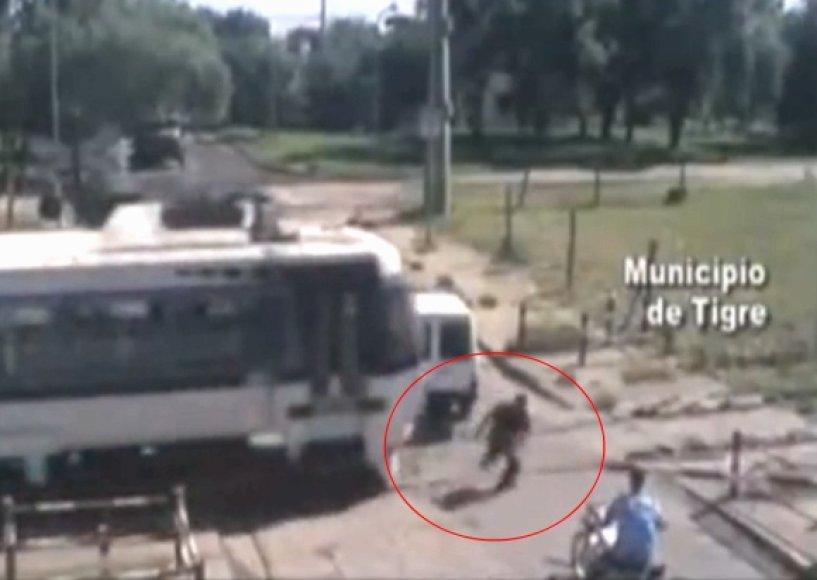 Gelbėtojas nušoko nuo motociklo, nustūmė užstrigusią mašiną ir dar spėjo prieš pat traukinį pats pasprukti į šalį.