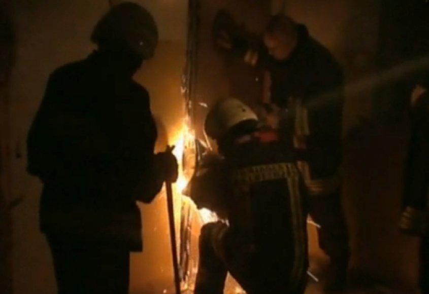 Buto raktų rasti nepavyko, todėl gelbėtojams teko nupjauti šarvuotų durų vyrius.