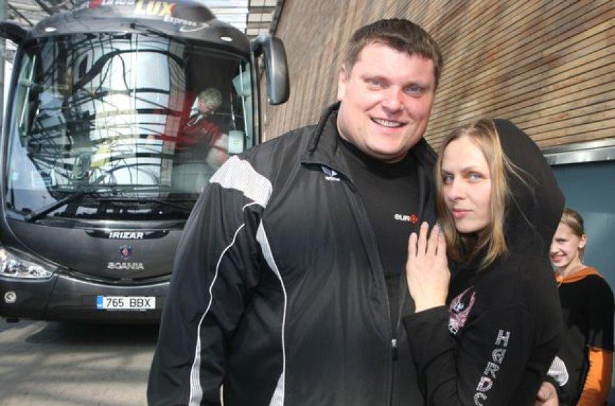 Stipriausias pasaulio žmogus Žydrūnas Savickas pasiekė autobuso traukimo jėgos rekordą. Galiūnas iš vietos išjudino ir nemažą atstumą traukė 17 tonų 300 kilogramų sveriantį autobusą.