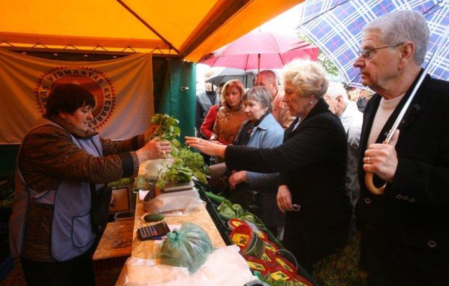 Ūkininkų prekyvietėje galima įsigyti visą būtiniausių prekių krepšelį - pieno produktų, duonos, pyragų, daržovių, vaisių, mėsos, medaus ir panašių gėrybių.