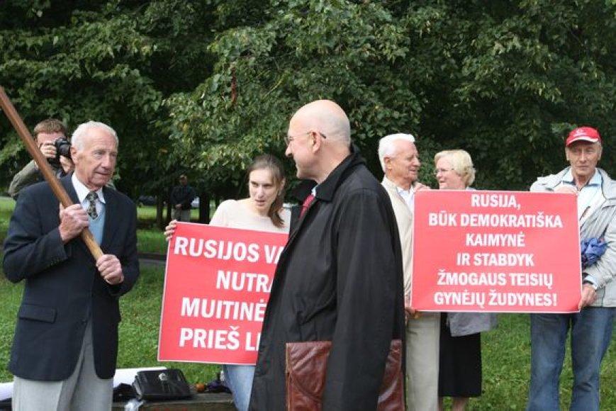 Jungtinio demokratinio judėjimo (JDJ) pikete Rusijos valdžia raginama nutraukti muitinės karą prieš Lietuvą, taip pat būti demokratiška kaimyne ir stabdyti žmogaus teisių gynėjų žudynes.