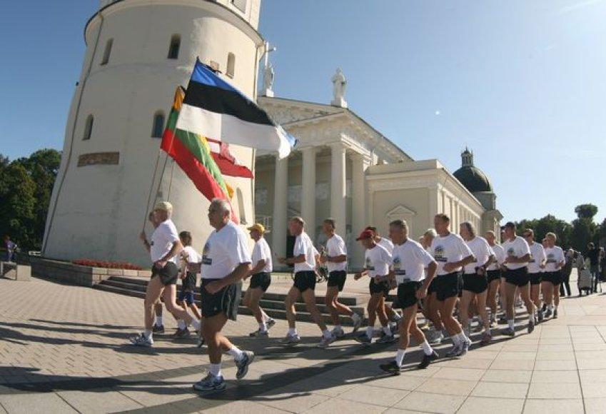Baltijos kelio 20–mečiui paminėti iš Vilniaus link Talino pajudėjo pirmieji bėgikai iš Lietuvos ir Latvijos.