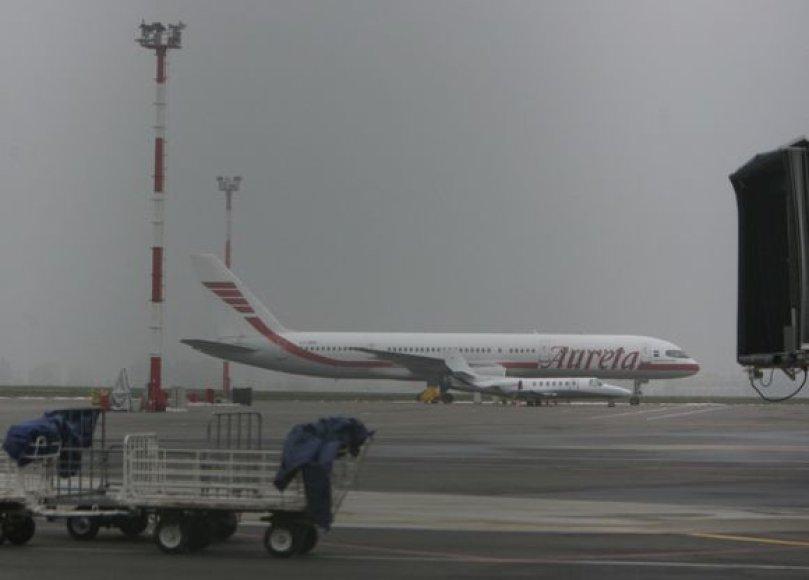 Mažiausiai keturi lėktuvai, turėję nusileisti Vilniuje naktį iš šeštadienio į sekmadienį arba sekmadienio rytą, buvo nukreipti ir leidosi kituose šalies oro uostuose.
