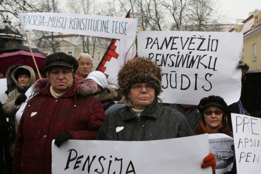 """Ketvirtadienio popietę sostinėje, prie prezidentūros esančioje S.Daukanto aikštėje vyko pensininkų ir neįgaliųjų """"Vilties mitingas"""". Jame reikalauta nemažinti socialinių išmokų labiausiai pažeidžiamiems visuomenės sluoksniams."""