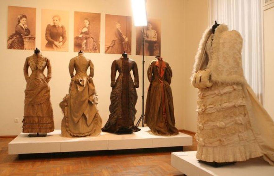 """Radvilų rūmuose pristatoma mados istoriko kolekcija """"Karalienės Viktorijos laikų mada 1830 – 1900 m."""""""