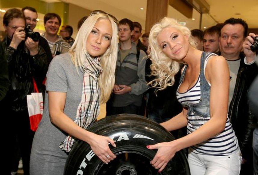 """Garsūs veidai domėjosi """"Formulės 1"""" bolidų paroda"""