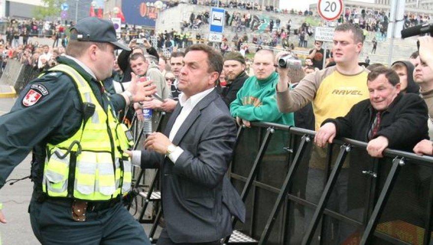 Seimo nariai veržiasi pro policininkus