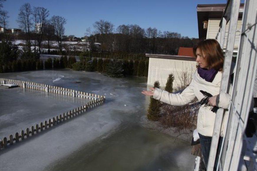 Tvinstančio Vokės upelio užlieti gyventojai pagalbos nesulaukia nei iš seniūnijos, nei iš Aplinkos ministerijos pareigūnų.