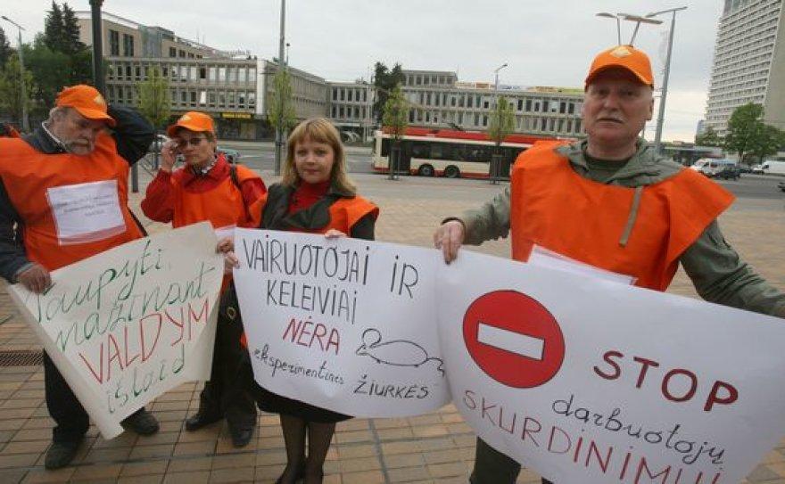 """Vilniaus troleibusų"""" darbuotojų profesinės sąjungos atstovai tikisi, kad piketu pavyks atkreipti valdžios dėmesį į pagrindines bendrovės problemas."""