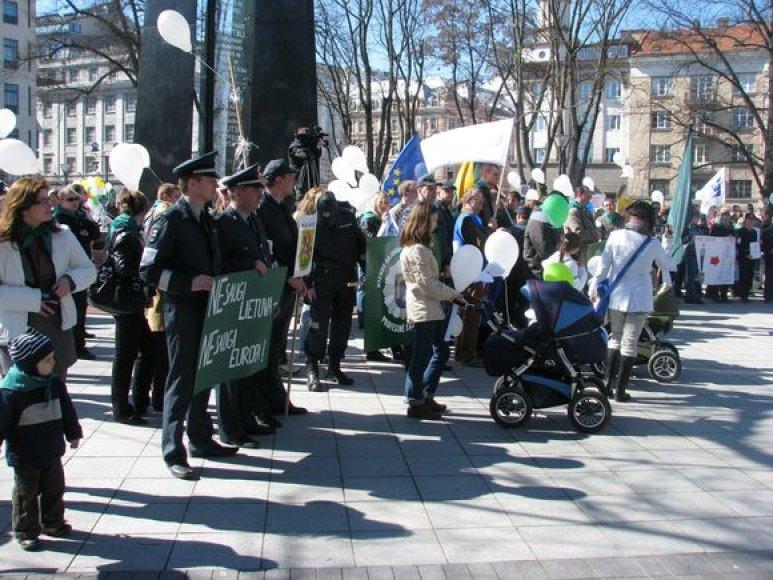 Pareigūnų protesto akcija: su žmonomis, draugėmis, draugais ir vaikais