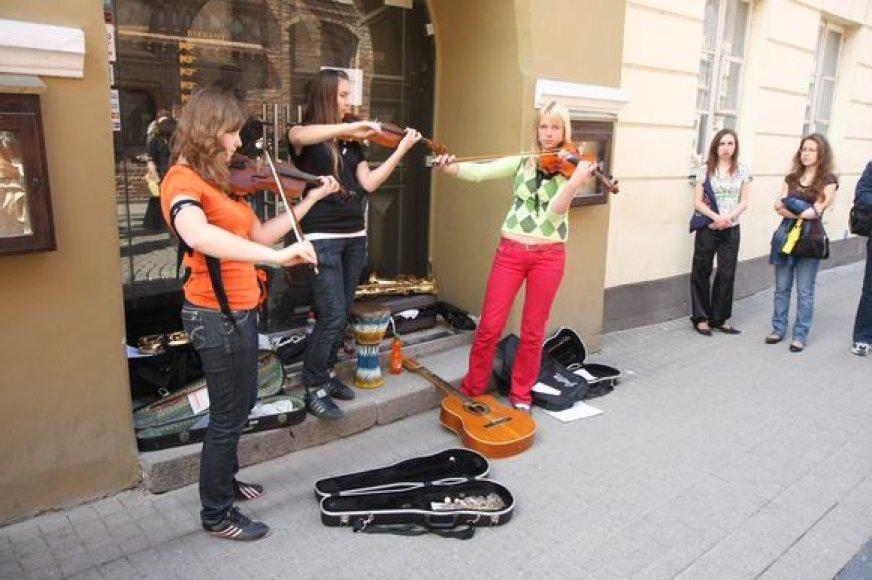 Vilniuje gimusi Gatvės muzikos diena šiemet pasieks ir Kauną. Nuotraukoje – akimirkos iš praėjusių metų renginio sostinėje.