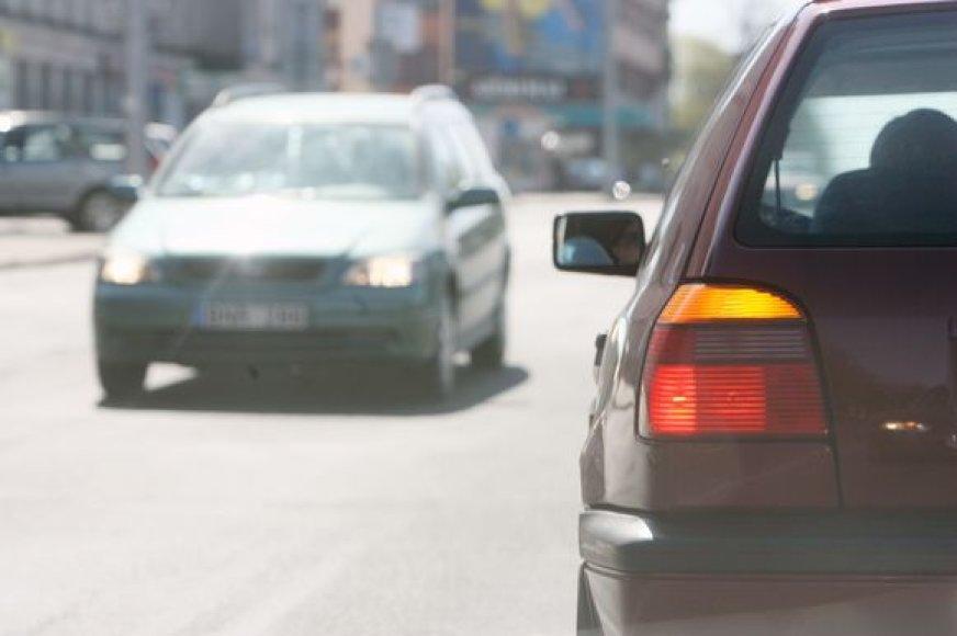 Toje Savanorių prospekto dalyje, kur viena kryptimi yra tik dvi eismo juostos, pasukti į kairę arba apsisukti norintys vairuotojai neretai sutrikdo visą eismą.