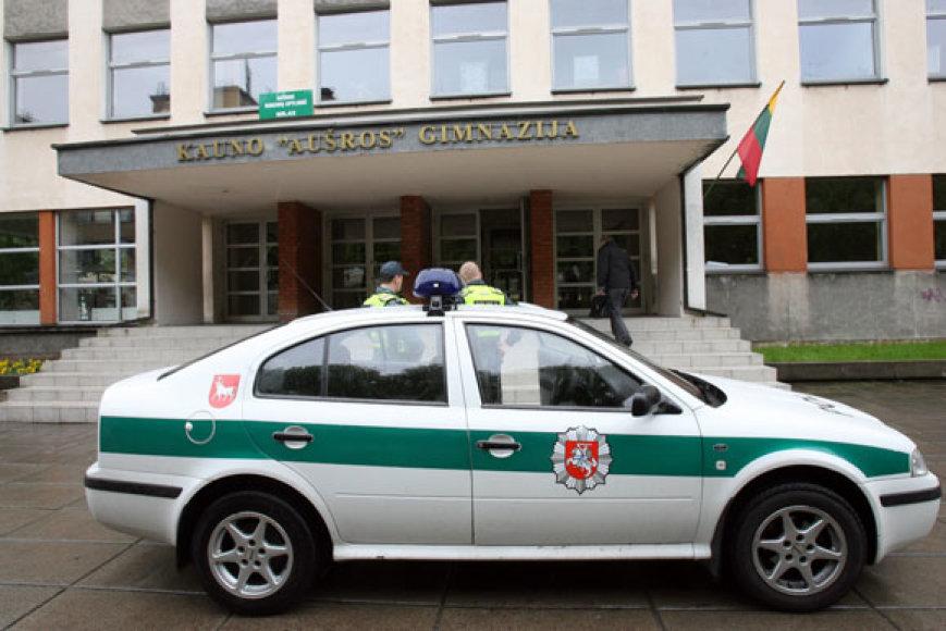"""Į """"Aušros"""" gimnaziją netrukus atvyko iškviesti policijos pareigūnai."""